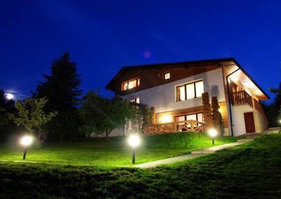 willa-panorama-noclegi-ustron-dom-wieczor